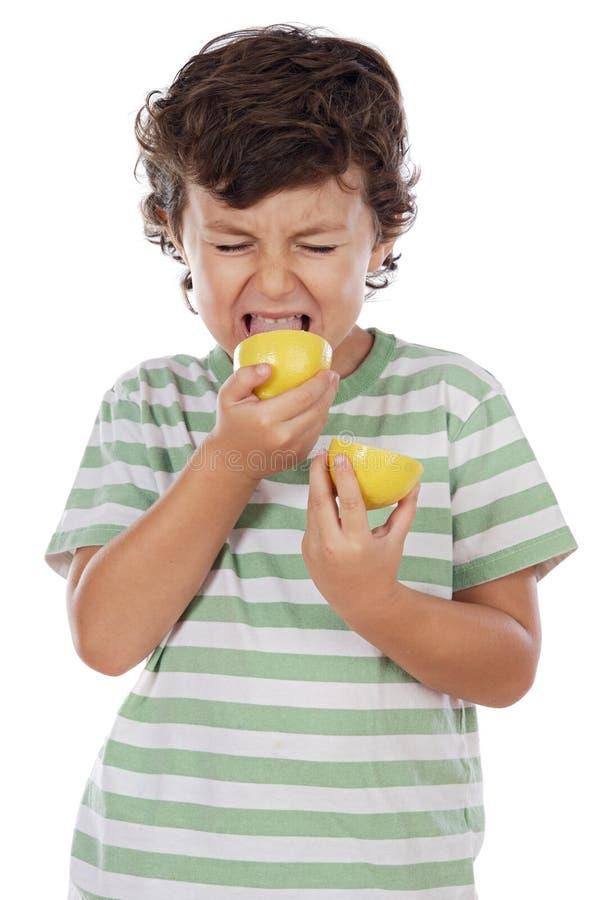 吃柠檬 库存照片