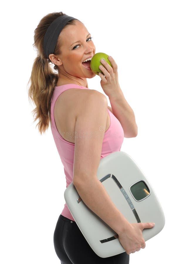 吃查出的妇女年轻人的苹果 免版税库存照片