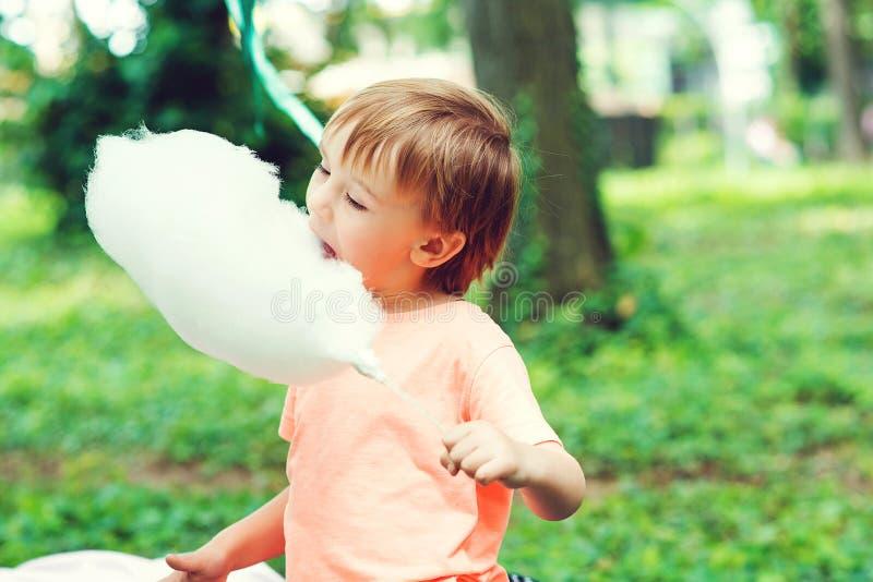 吃棉花糖的快乐孩子 小可爱户外 快乐的童年 图库摄影