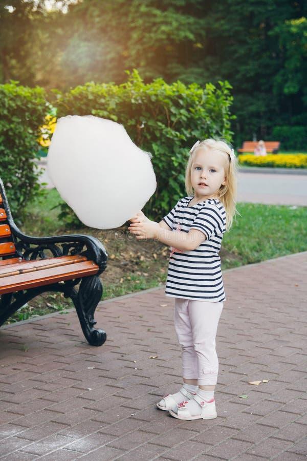 吃棉花糖的母亲和小女儿 免版税库存照片