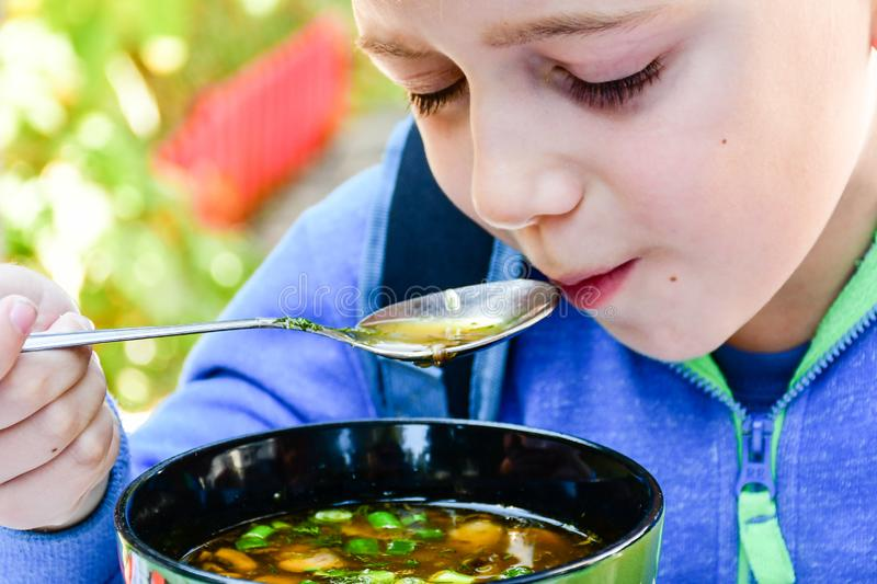 吃汤的孩子 免版税库存图片