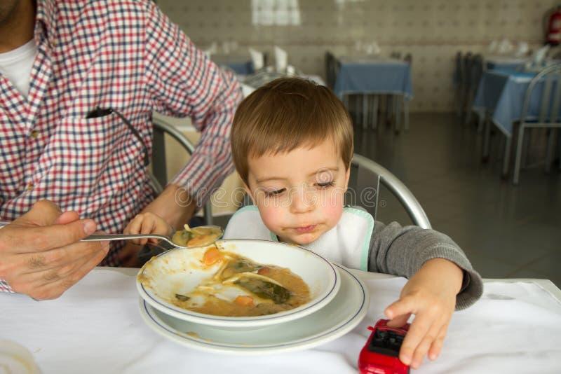 吃汤的男婴 免版税图库摄影