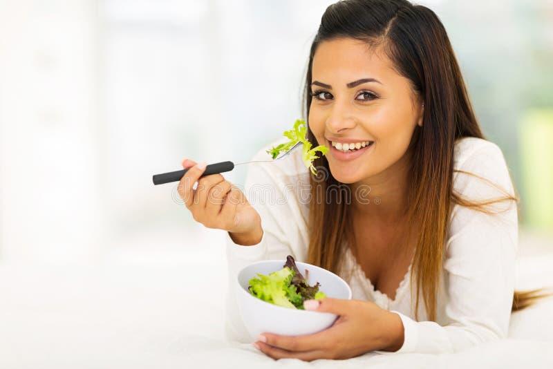 吃沙拉妇女 免版税图库摄影