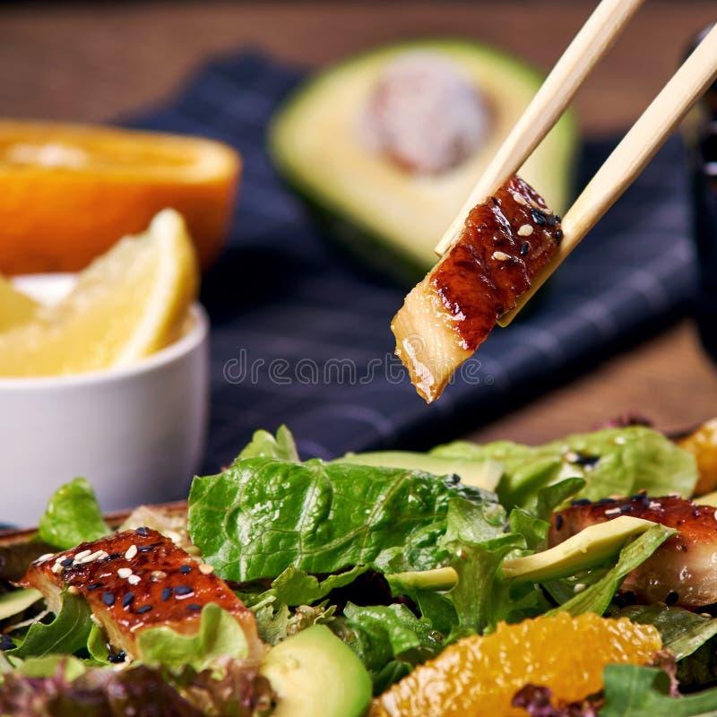 吃沙拉用鳗鱼 库存图片