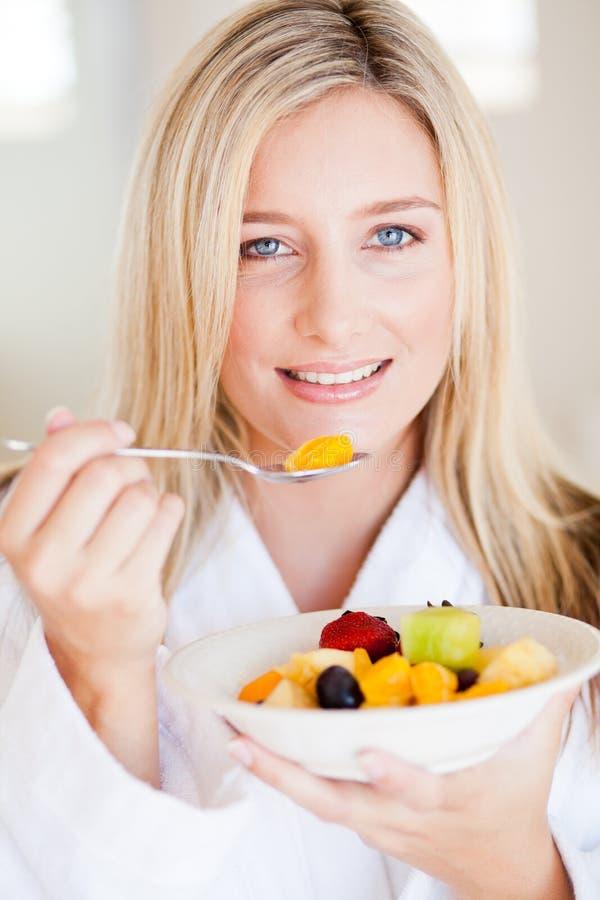 吃沙拉的健康妇女 免版税库存照片
