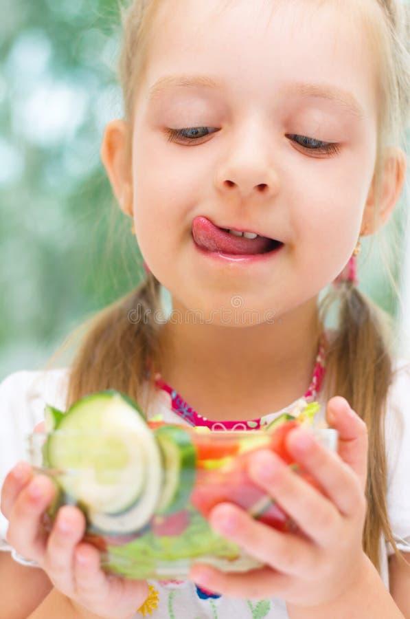吃沙拉的女孩 免版税库存照片