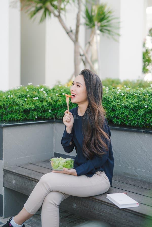 吃沙拉,节食的概念的美丽的健康妇女 r 免版税库存图片