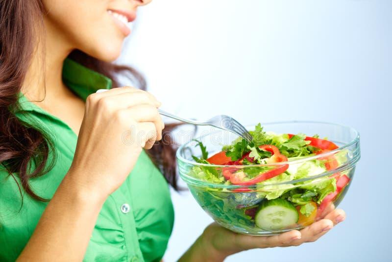 吃沙拉 免版税图库摄影