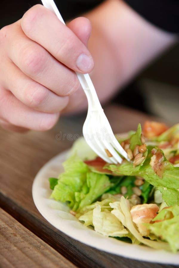 吃沙拉 免版税库存照片