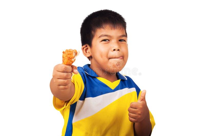 吃炸鸡的小男孩 免版税库存图片