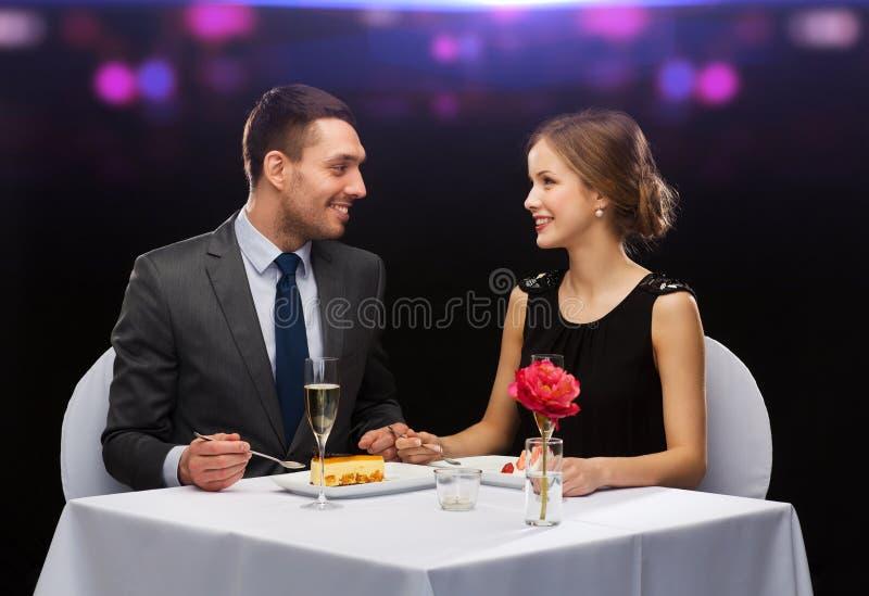 吃点心的微笑的夫妇在餐馆 库存图片