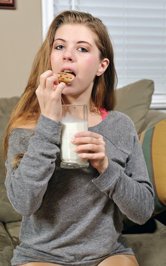 Download 吃牛奶性感的妇女年轻人的曲奇饼 库存照片. 图片 包括有 夫人, 食物, beautifuler, 扣篮 - 22353764