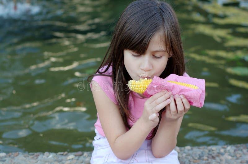 吃玉米的女孩 库存照片
