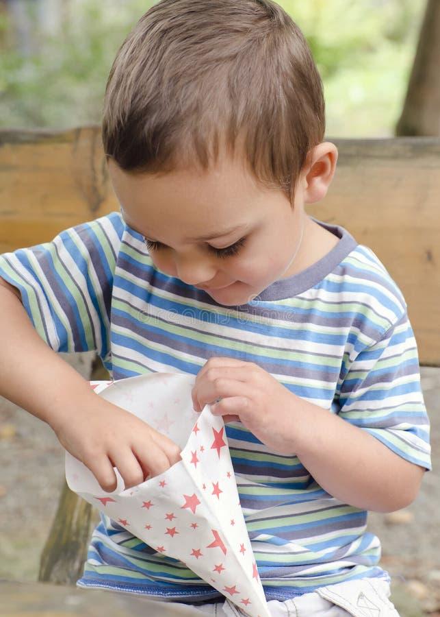 吃玉米花的孩子室外 免版税库存图片