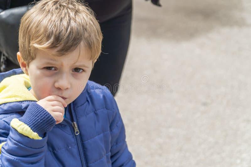 吃玉米花的小孩子在公园 免版税库存照片