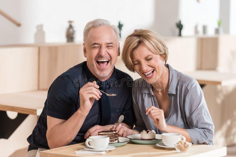 吃甜点的可爱的夫妇在咖啡馆 库存照片