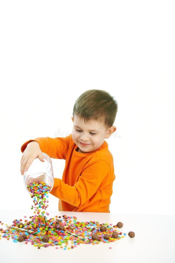 吃甜点的小男孩 免版税库存图片