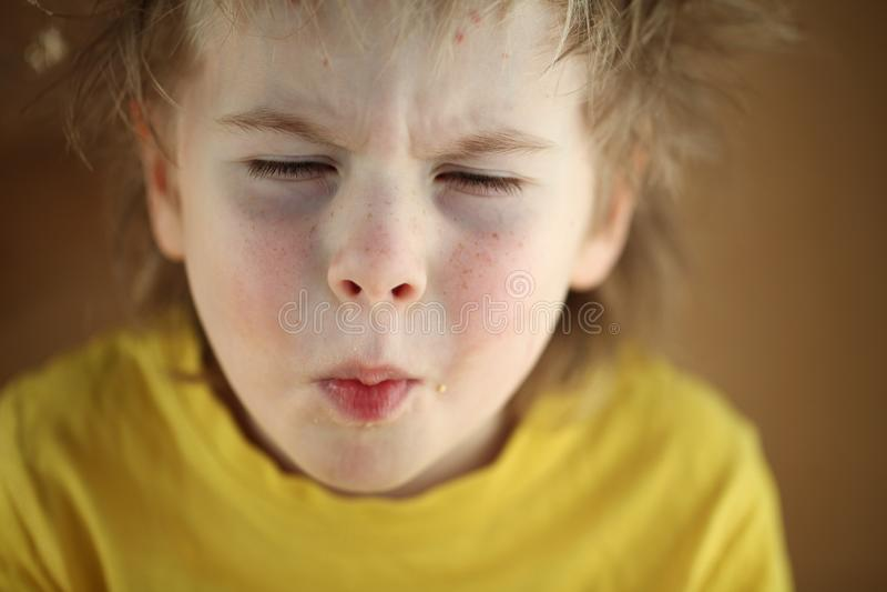 吃甜玉米的男孩金发碧眼的女人 免版税图库摄影