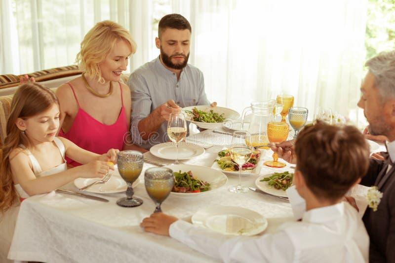 吃的大家庭午餐,当庆祝父母时婚礼  免版税库存图片