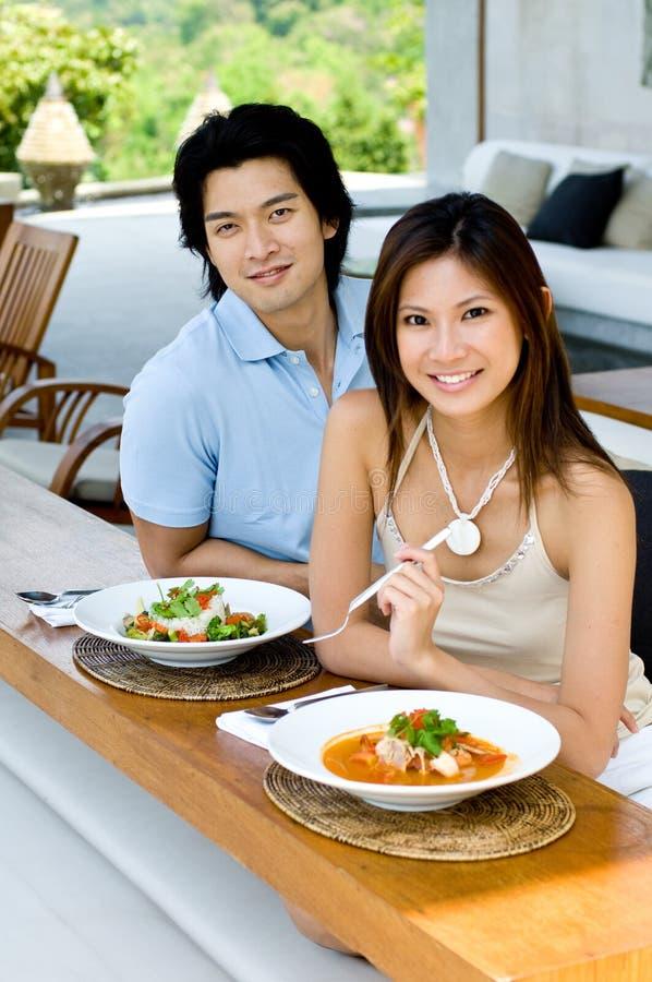 吃的夫妇午餐 库存图片