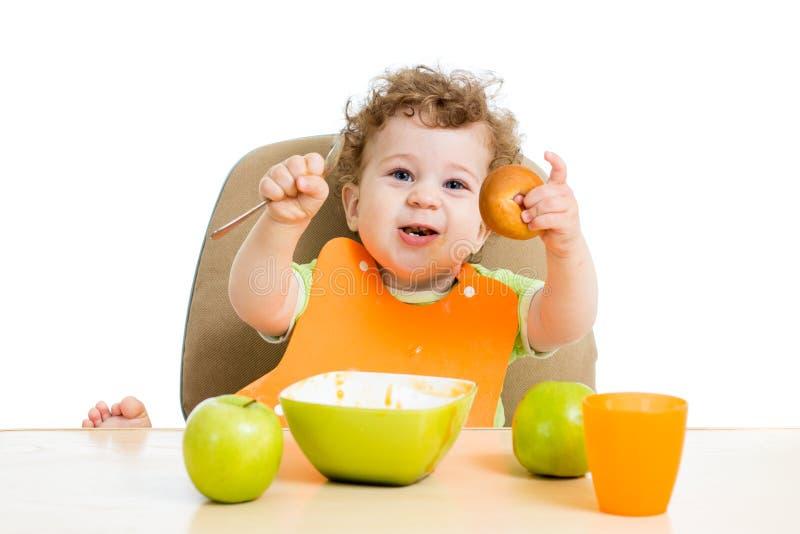 吃的婴孩他自己 免版税库存图片