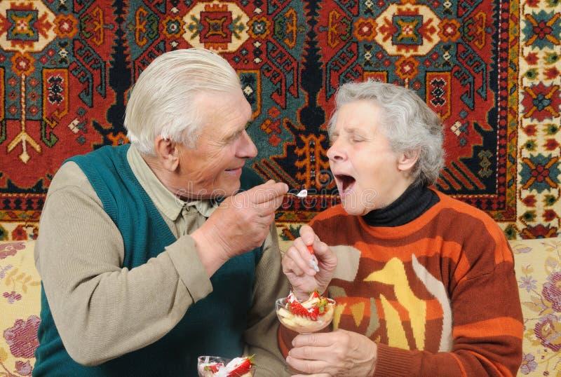 吃祖父祖母strawberrys 库存照片