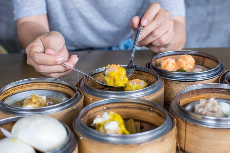 吃粤式点心虾饺子  库存图片