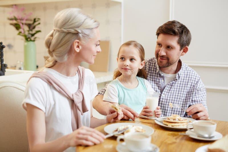 吃美丽的家庭聊天和 库存图片