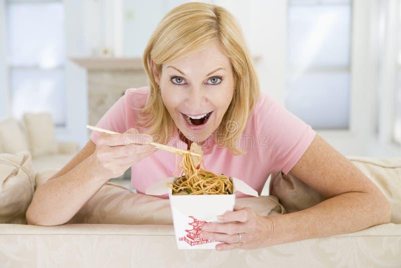 吃膳食进餐时间妇女的筷子 库存照片