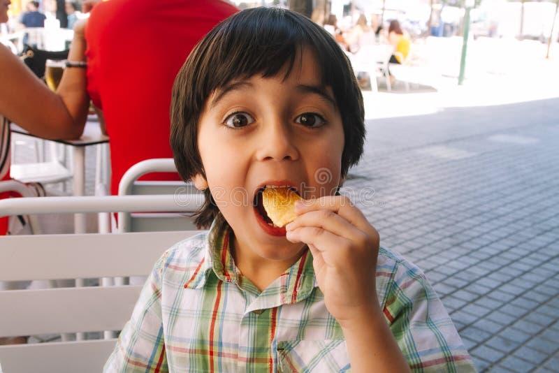 吃芯片的小男孩 库存图片