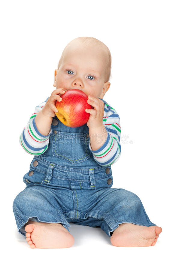 吃苹果的小男婴 免版税库存图片
