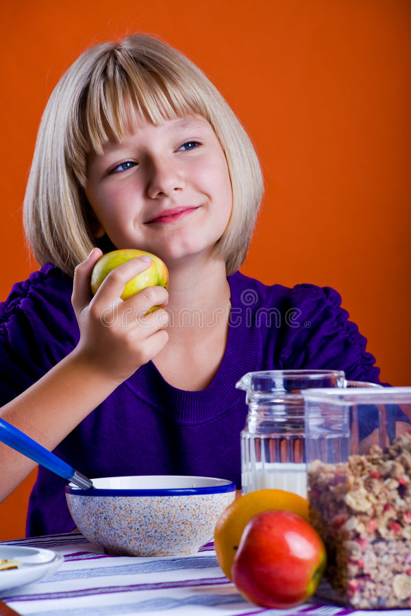 吃苹果1的女孩 免版税库存图片