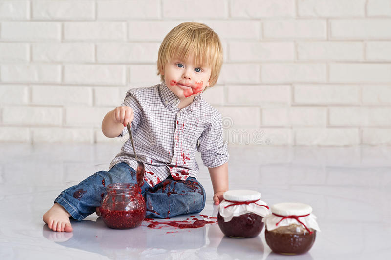吃草莓酱的孩子 免版税库存图片
