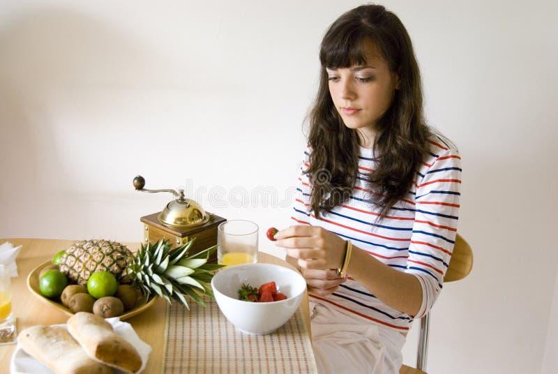 吃草莓 免版税库存图片