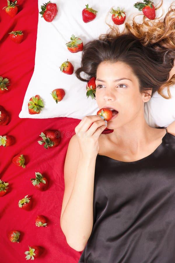 吃草莓 库存照片