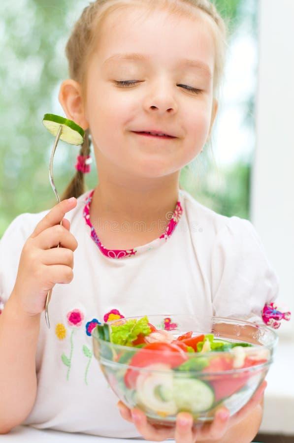 吃菜沙拉的孩子 免版税图库摄影
