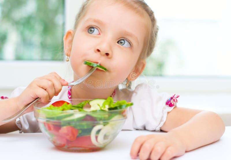 吃菜沙拉的孩子 库存照片