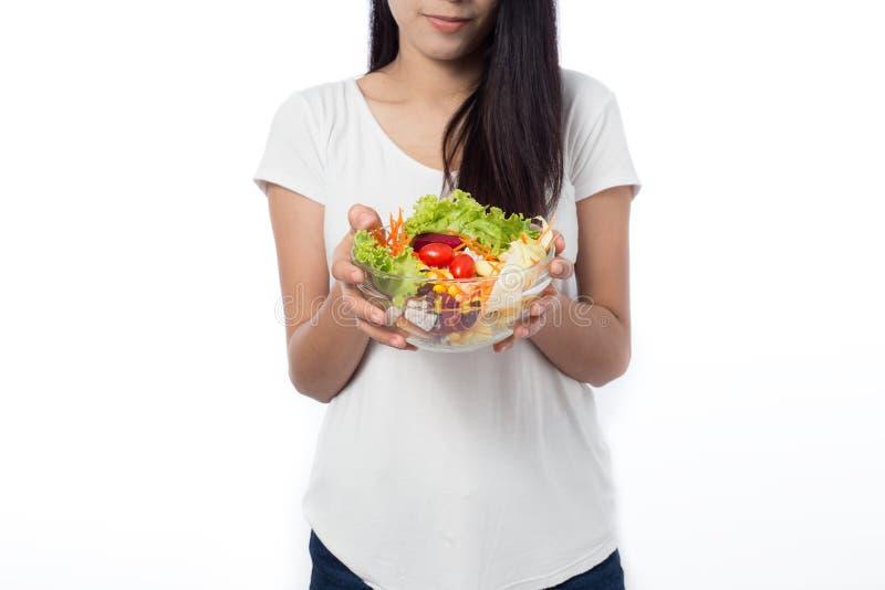 吃菜沙拉的美丽的亚裔少妇画象  免版税库存图片