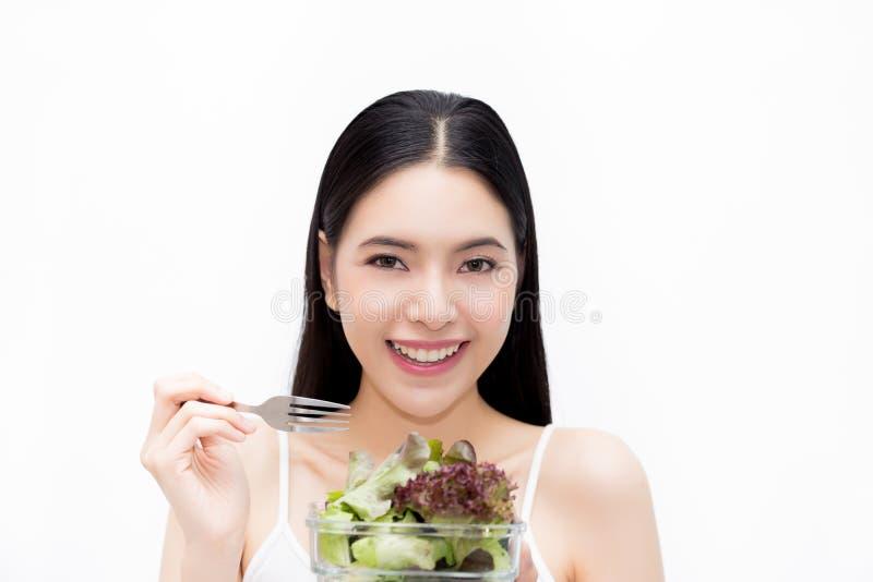 吃菜沙拉-健康和饮食吃生活方式概念的年轻亚裔美丽的微笑的亭亭玉立的妇女 免版税库存照片