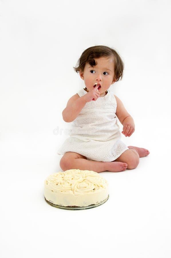 吃蛋糕的女婴 免版税库存图片
