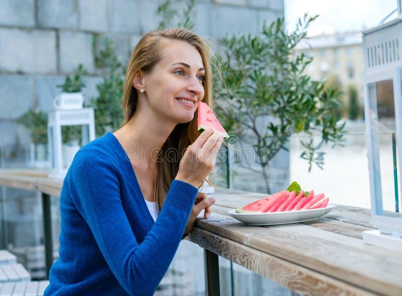 吃西瓜妇女年轻人 图库摄影