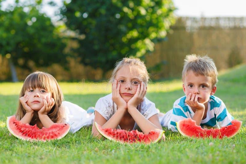 吃西瓜的孩子 免版税库存照片