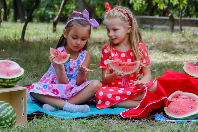吃西瓜的愉快的女孩 免版税库存图片