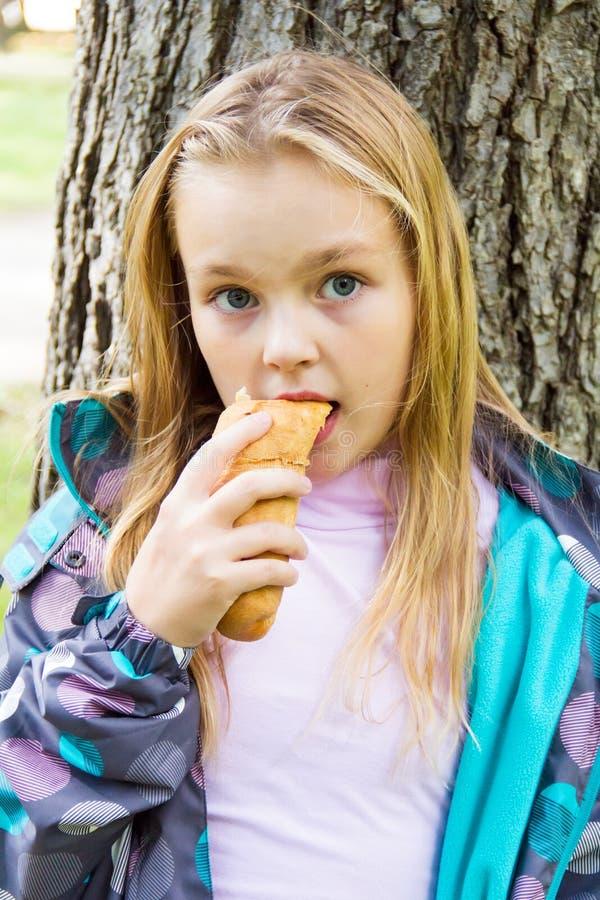 吃逗人喜爱的女孩 库存照片