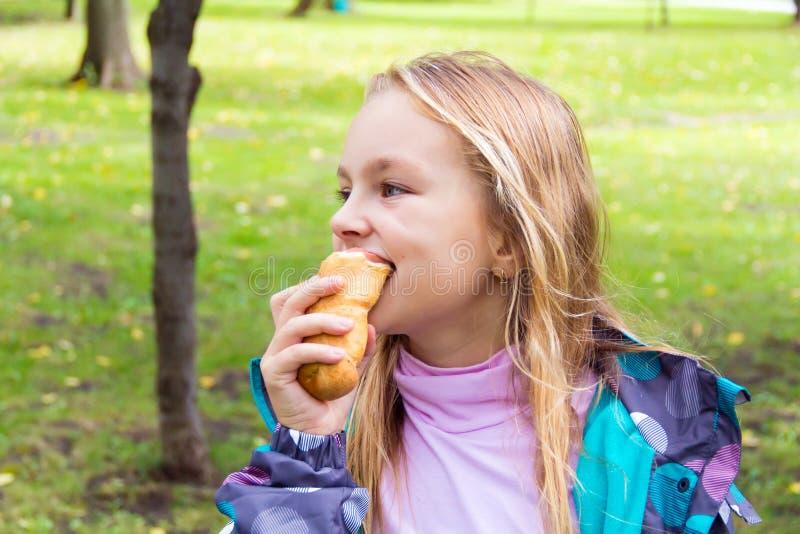 吃逗人喜爱的女孩 免版税图库摄影