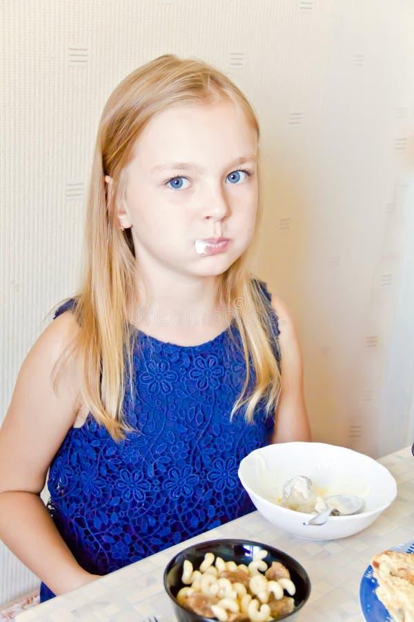 吃逗人喜爱的女孩 免版税库存图片