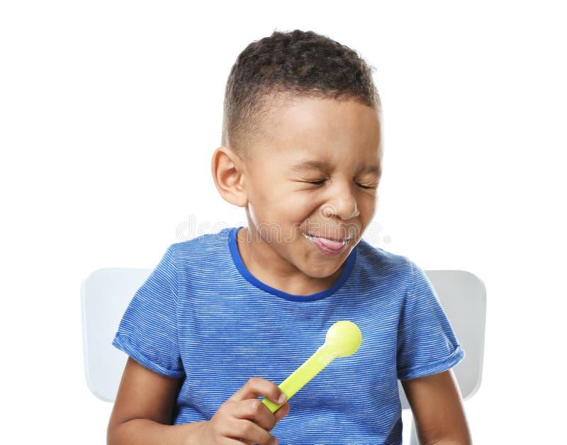 吃酸奶的逗人喜爱的非裔美国人的男孩 库存照片
