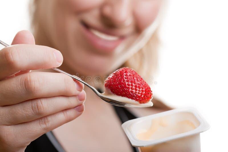 吃酸奶 免版税库存照片