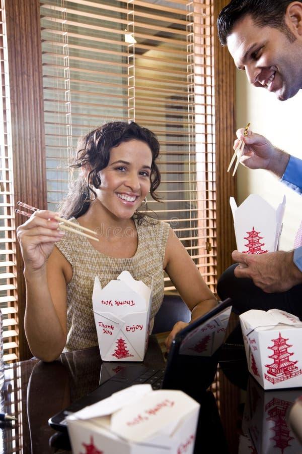 吃食物办公室外卖工作者的中国co 图库摄影