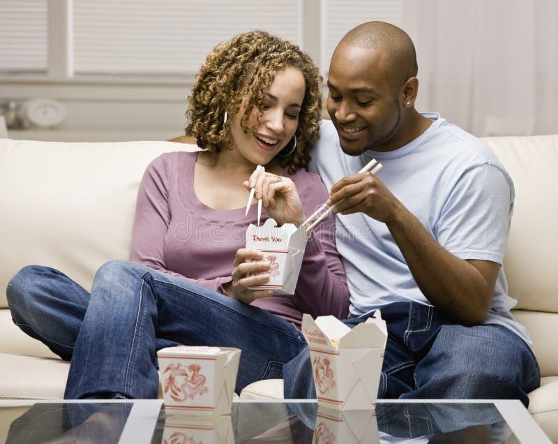 吃食物的中国夫妇采取 免版税库存图片